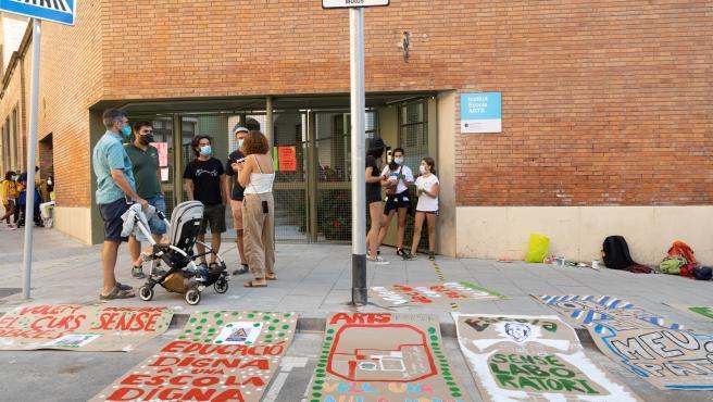 Pancartas en contra de las obras en el colegio Institut-escola Arts