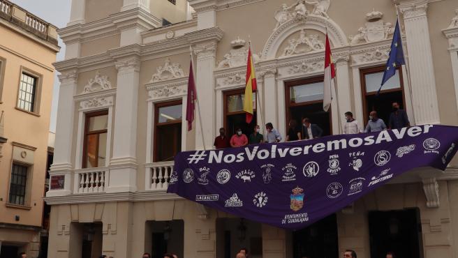 Pañoleta conmemorativa de las fiestas en el Ayuntamiento de Guadalajara