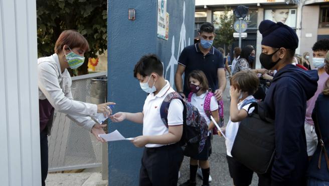 Gel hidroalcohólico para cada alumno que entra en la escuela Vedruna de Girona.