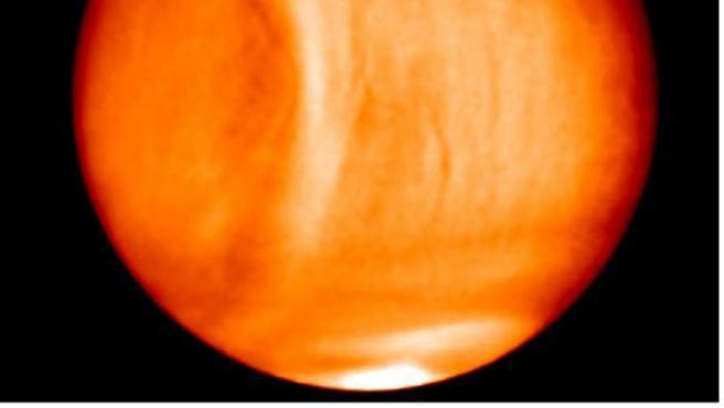 El planeta Venus, el más cercano a la Tierra, ha sido protagonista este lunes debido a un grupo de astrónomos europeo y estadounidense que han encontrado posibles indicios de vida en el cuerpo celeste al haber hallado trazas de fosfina en las nubes del planeta en mayor cuantía de lo esperado.