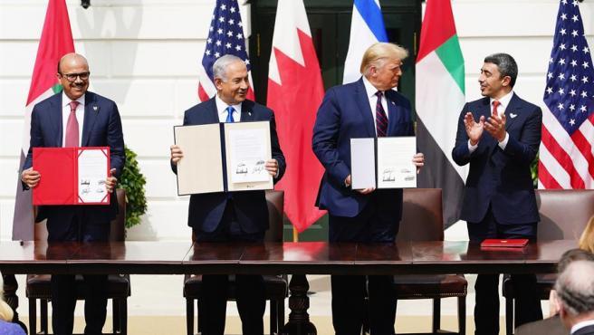 De izquierda a derecha, el ministro de Exteriores de Bahréin, Abdulatif bin Rashid al Zayani; el primer ministro israelí, Benjamin Netanyahu; el presidente de EE UU, Donald Trump; y el ministro de Exteriores de los Emiratos Árabes Unidos, Abdulá bin Zayed al Nahyan, en la Casa Blanca, tras la firma de los Acuerdos de Abraham.