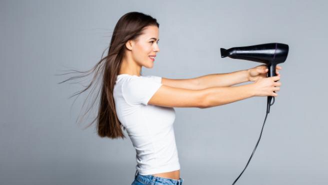 Los secadores iónicos protegen nuestro cabello al tiempo que lo secan.