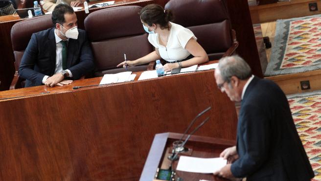 Ángel Gabilondo (PSOE) habla desde la tribuna de oradores en presencia de Isabel Díaz Ayuso e Ignacio Aguado.