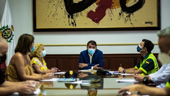El alcalde de Santa Cruz de Tenerife, José Manuel Bermúdez, en una reunión para coordinar los accesos de tráfico a las playas de Almáciga