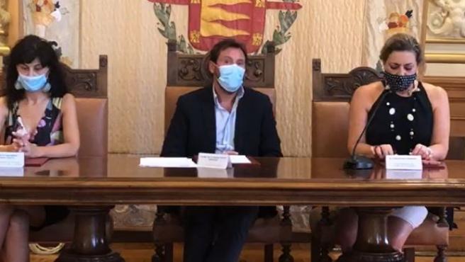 El alcalde de Valladolid, junto a la concejal de Cultura, Ana Redondo (izda), y la vicepresidenta del Ateneo Ciudad de Valladolid, Concepción Porras Gi (dcha).