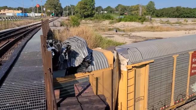 El impactante choque de un tren cargado de coches con un puente demasiado bajo.