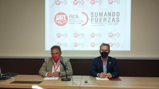 El secretario general de FICA-UGT, Pedro Hojas, (d) junto a su homólogo en Castilla y León, Miguel Ángel Gutiérrez Fierro.