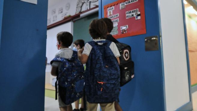 Imagen de archivo de niños entrando en una clase