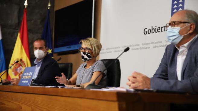 La consejera de Economía y Conocimiento del Gobierno de Canarias, Elena Máñez (en el centro), en la presentación de las ayudas para la internacionalización de las empresas
