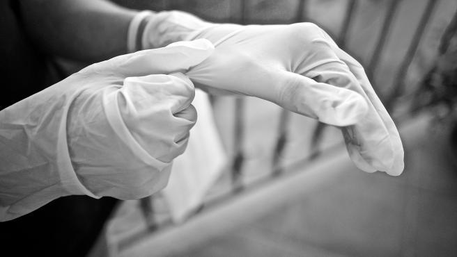 No necesariamente, ya que hay que preocuparse de limpiar y desinfectar los guantes cada vez que se usan en la limpieza. También es aconsejable cambiarlos regularmente.