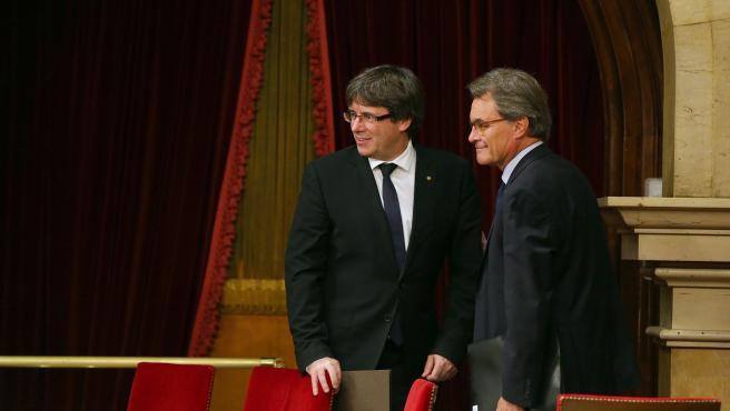 Los expresidentes Puigdemont y Mas en el Parlament el 10 de octubre de 201, día de la declaración fallida de la independencia de Cataluña.