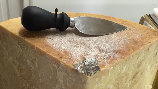 El punzón sirve para los quesos muy curados, como este parmesano.