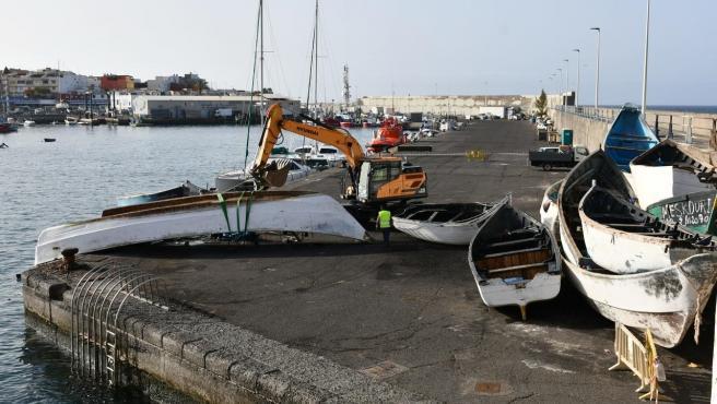 Retirada de pateras y cayucos en el Muelle Arguineguín