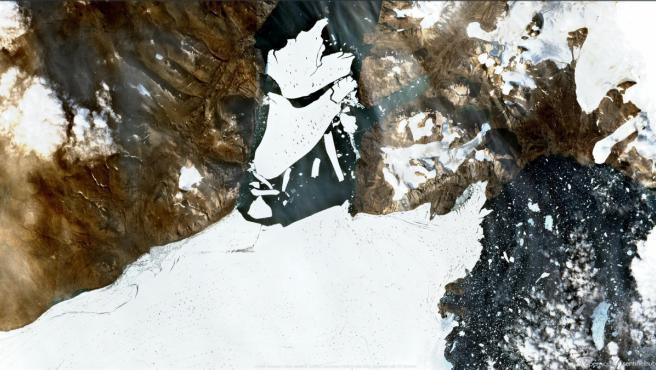 Un enorme bloque de hielo se desprende de un gran glaciar ártico.