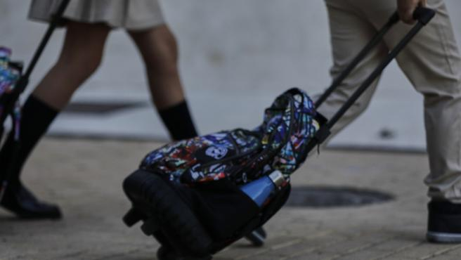 Alumnos con mochilas