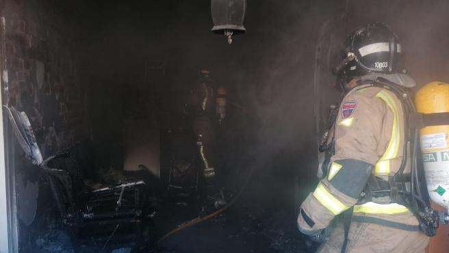 Bomberos sofocan un incendio declarado en una vivienda de Los Alcázares (Murcia)