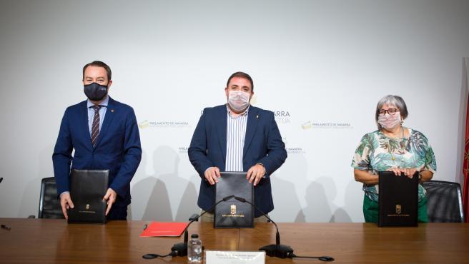 El presidente del Parlamento, Unai Hualde (c), el rector de la Universidad Pública de Navarra, Ramón Gonzalo, y la responsable del Comité de Entidades de Representantes de Personas con Discapacidad de Navarra (CERMN), Mari Luz Sanz.