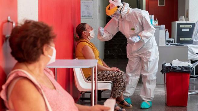 Imagen de archivo de una enfermera hace una prueba PCR.
