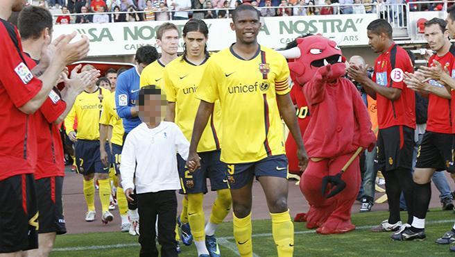 Eto'o con su hijo, cuando el Mallorca hizo pasillo al FC Barcelona