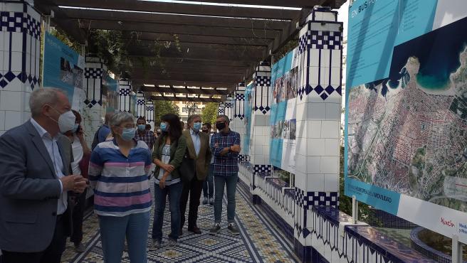 La alcaldesa de Gijón, Ana González, y el concejal de Movilidad, Aurelio Martín, visitan una exposición sobre movilidad junto a otros ediles