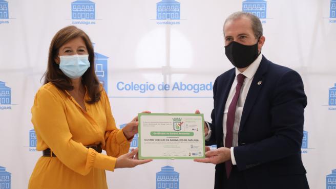 La concejala de Sostenibilidad Medioambiental, Gemma del Corral y el decano del Colegio de Abogados, Francisco Javier Lara.
