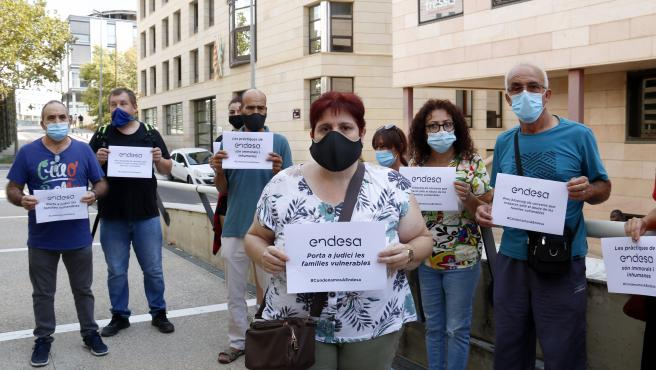 La vecina de Lleida a la que Endesa reclama más de 5.000 euros, durante la concentración ante los juzgados de Lleida, antes del juicio.