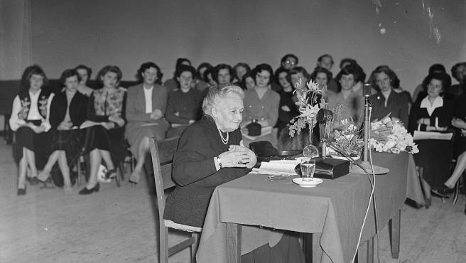 Maria Montessori, durante una charla en Ámsterdam, en 1950.