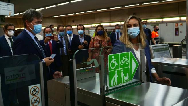 Marifran Carazo prueba la tarjeta sin contacto en el metro de Sevilla