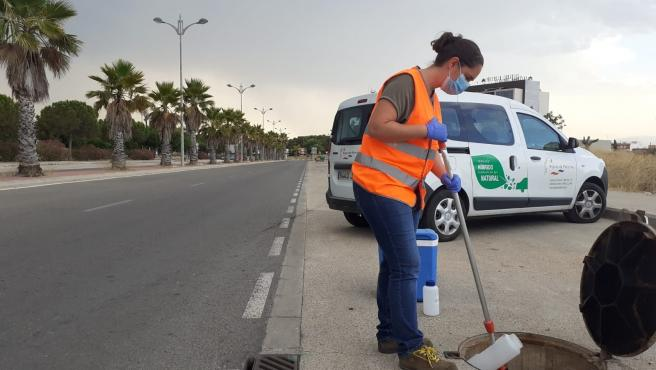 Medición de aguas residuales para comprobar si hay presencia de coronavirus en Paterna