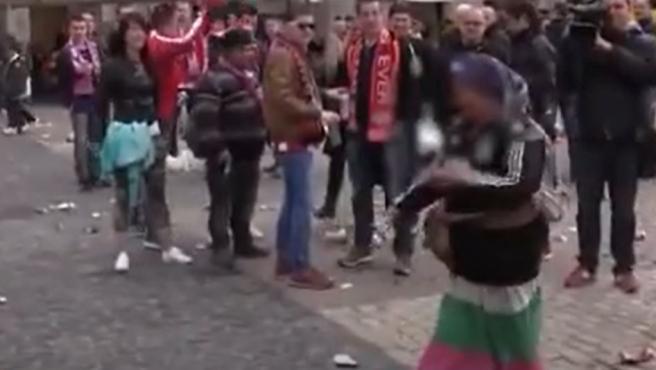 Los aficionados del PSV, burlándose de unas mendigas