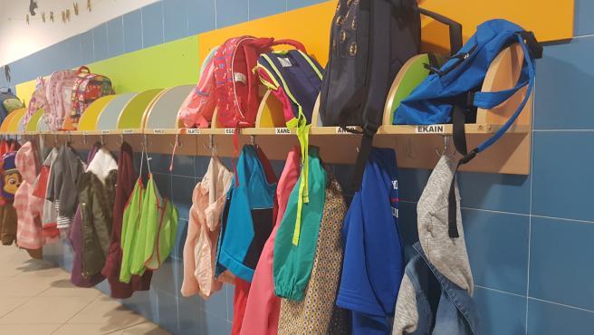 Mochilas y ropa en un colegio.