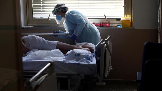 Una enfermera atiende a un paciente de COVID-19.