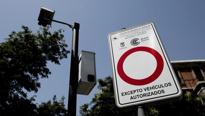 Señal de prohibido con el distintivo de Madrid Central en Madrid (España), a 27 de julio de 2020.
