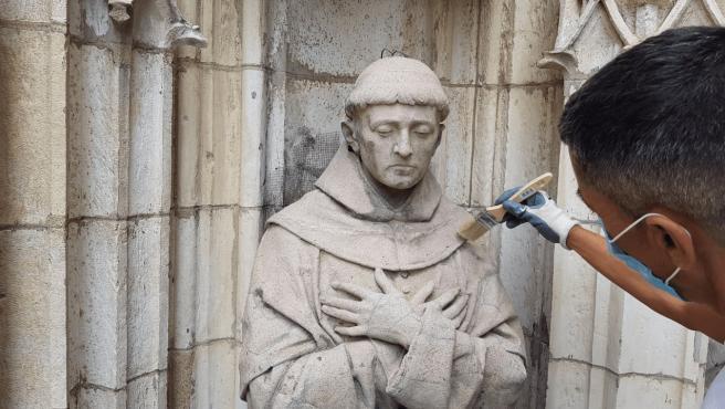 Trabajos de mantenimiento en las portadas de la Catedral