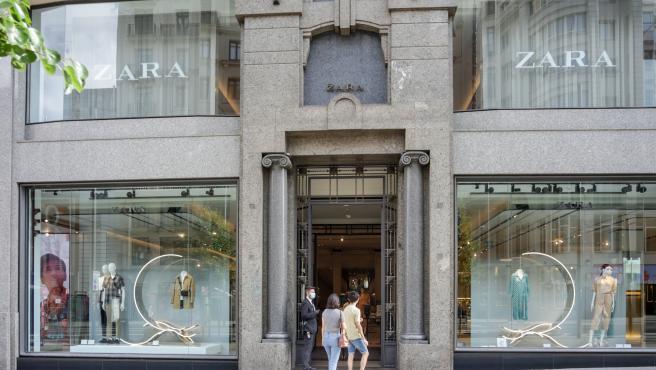 Varias personas entran a una tienda Zara abierta durante la fase 1 de la desescalada.