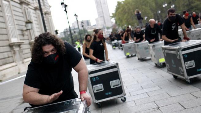 Profesionales de los espectáculos han protestado en las calles de Madrid para denunciar la situación de su sector por el parón del coronavirus y demandar ayudas al Gobierno.