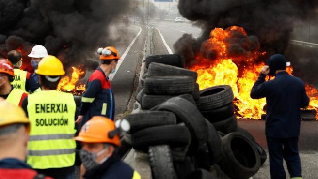 Decenas de trabajadores de la factoría de Alcoa en San Cibrao, Cervo (Lugo), vestidos con su ropa y cascos de trabajo, han cortado esta mañana, sobre las 10:30 horas, la Autovía del Cantábrico (A-8).