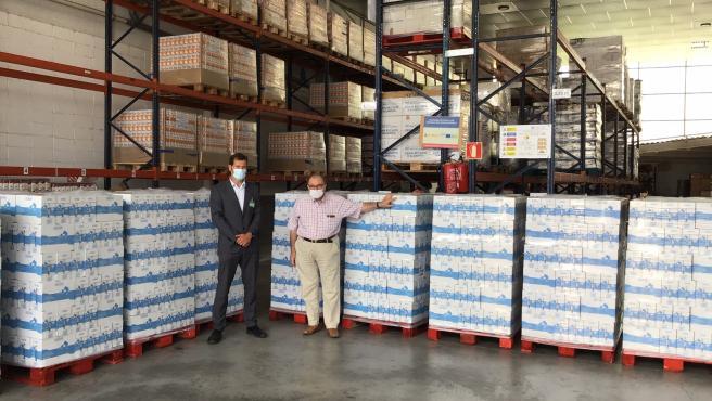 El director de Relaciones Externas de Mercadona en Girona, Santi Mont, entrega una donación al presidente del Banc dels Aliments de Girona, Frederic Gómez, el 17/9/2020
