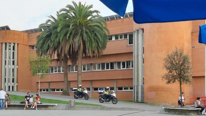 Agentes de la Policía Nacional en moto durante la búsqueda de un joven que acuchilló a un menor en el parque de Los Pericones