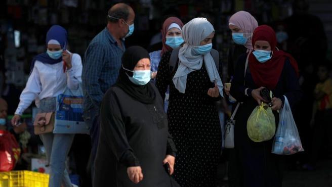 Mujeres palestinas realizan compras en Jerusalén, un día antes de que entre en vigor el segundo confinamiento impuesto en Israel por la pandemia del coronavirus.