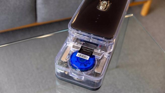 El cartucho CovidNudge circular azul dentro del analizador NudgeBox, prueba del coronavirus en 90 minutos.