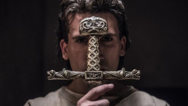 Jaime Lorente es 'El Cid' en las primeras imágenes de la serie de Amazon