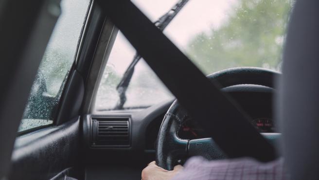 Imagen de archivo de una persona conduciendo.