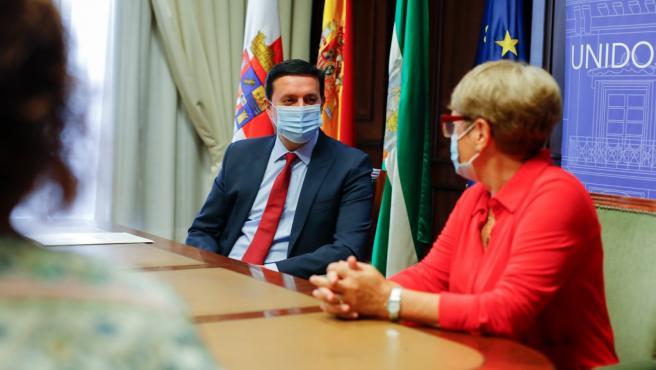 Javier Aureliano García junto a la presidente de Argar, Rosa María Onieva