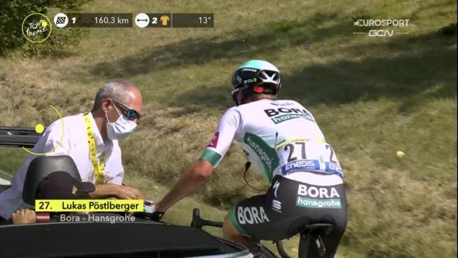 Pöstlberger recibe atención médica tras sufrir un picotazo en la boca.