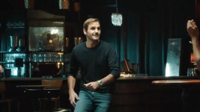 Roger Federer cantando durante un anuncio