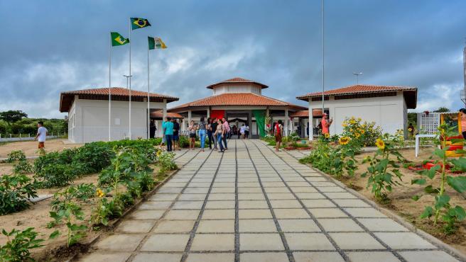 Exterior de la escuela que ocupa la primera posición entre los colegios públicos de educación básica primaria de mayor calidad.
