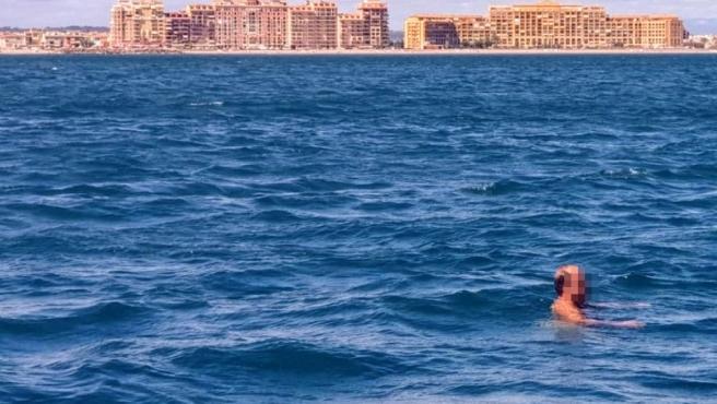 Hombre rescatado y detenido en Port Saplaya tras pasearse desnudo