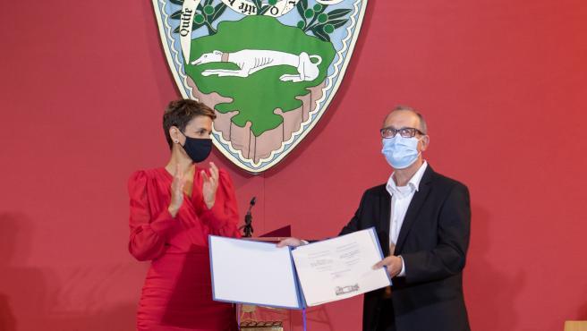 María Chivite entrega al fotógrafo Carlos Cánovas el Premios Príncipe de Viana 2020