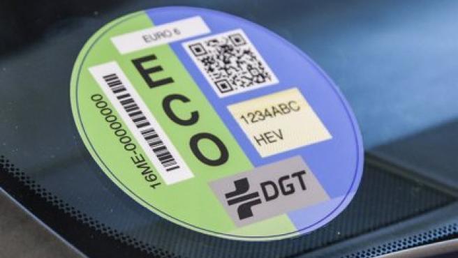 Imagen de archivo de una etiqueta ECO en un coche.